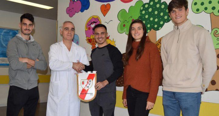 Rayo Vallecano visita a los niños ingresados en el Hospital Infanta Leonor