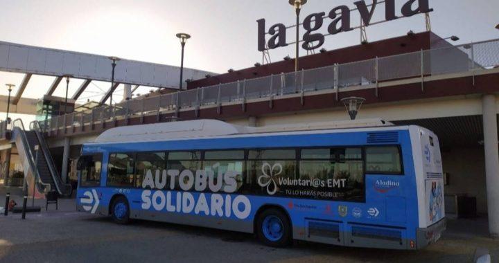 El autobús solidario de la EMT recoge alimentos en el Ensanche de Vallecas para familias en riesgo de exclusión
